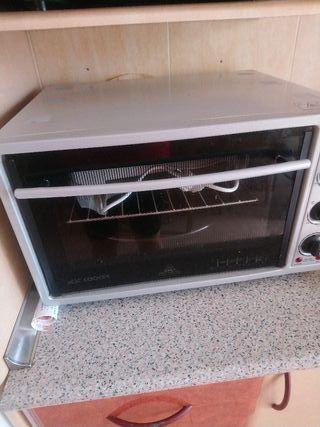 Se vende horno casi nuevo. Usado sólo 4 veces