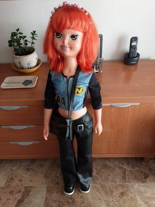 Muñeca tamaño grande de Famosa.