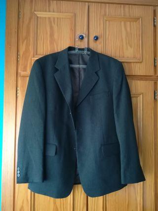 traje gris de hombre