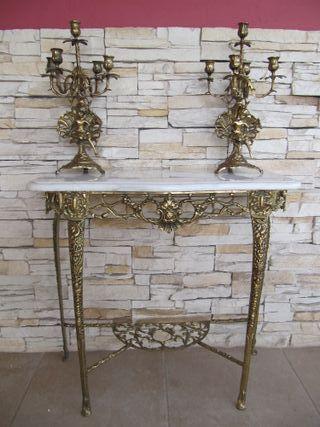 Mesa entrada y candelabros de bronce