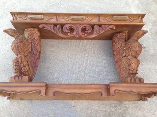 Recibidor tallado en madera y espejo