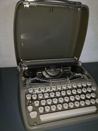 Antigüa vieja máquina de escribir portátil