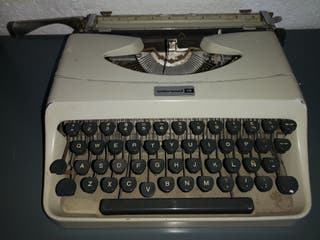 Antigüa vieja máquina de escribir Olivetti