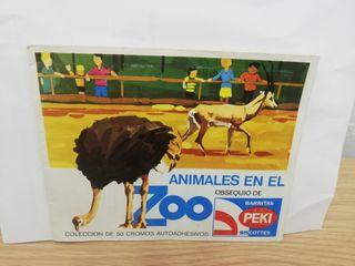 Álbum de cromos animales en el zoo