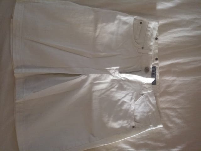 Falda blanca vaquera. Zara.