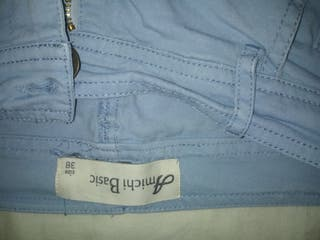 pantalón azul cielo.