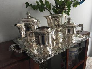 Bandeja y teteras (todo bañado en plata).