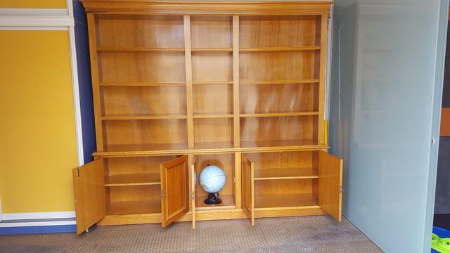 librería de madera de roble