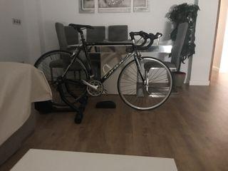 Rodillo Bkool más bici de carretera