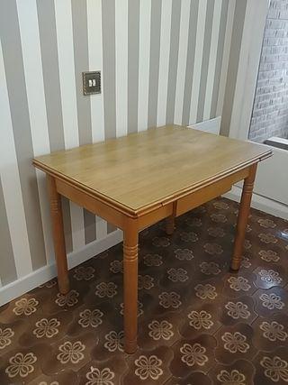 mesa cocina y tres taburetes