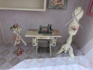 Máquina coser y maniquíes miniatura casa muñecas
