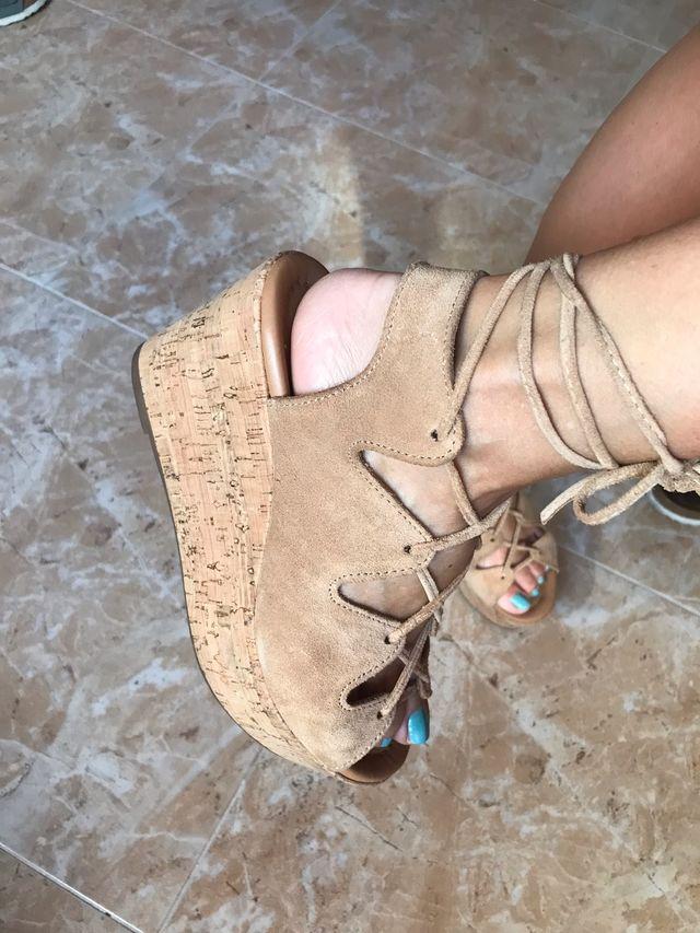 Sandalias de ante con plataforma. T36