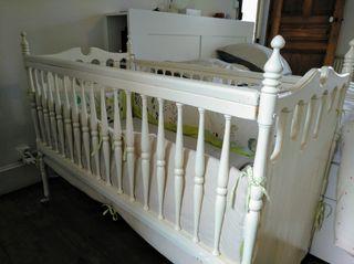 lit de bébé avec 2 tour de lit