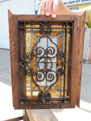 Pequeña ventana (mirilla) con vidriera y forja