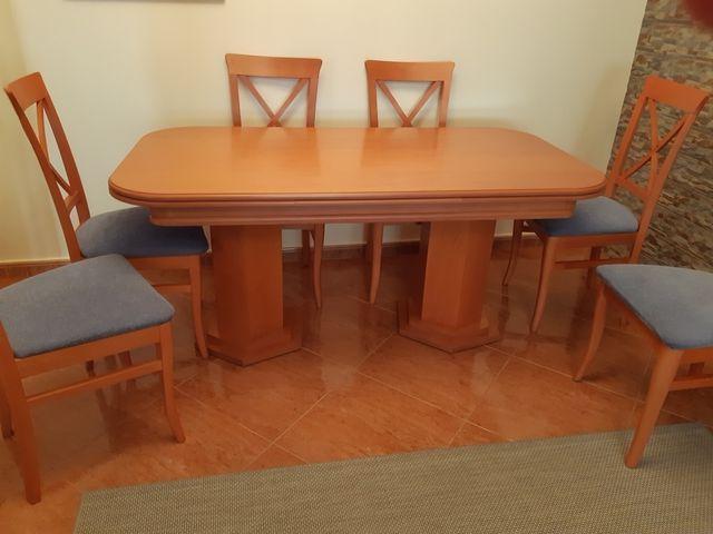 Mesa y sillas para el salón