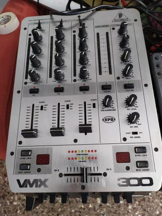 Mesa de mezcla Behringer VMX300.