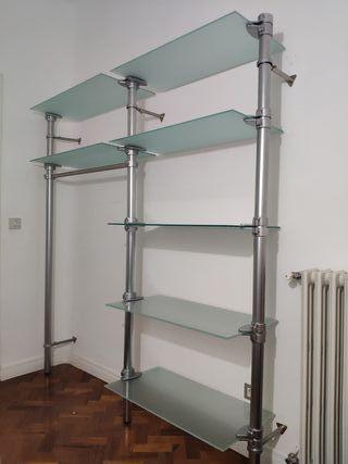 Armario vestidor en aluminio y cristal.