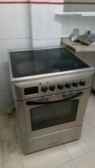 Cocina vitrocerámica con horno.