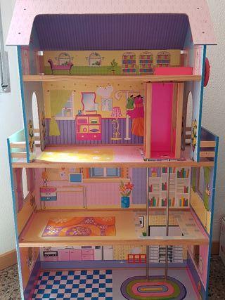 casa de muñecas de madera . mide 80 x 130