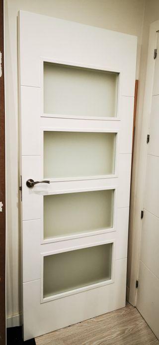Puerta lacada color blanco con cristales opacos
