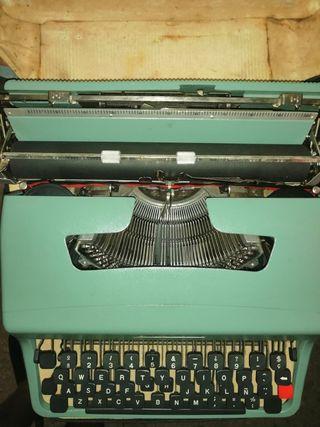 máquina de escribir antigua con su funda