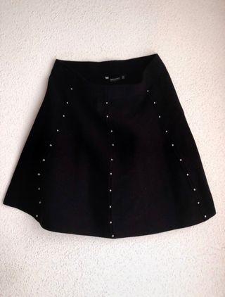 Falda negra con perlas de Zara