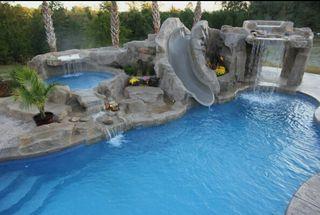#piscina tematica con fuente y cascada