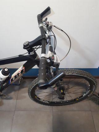 bici con casco y zapatillas