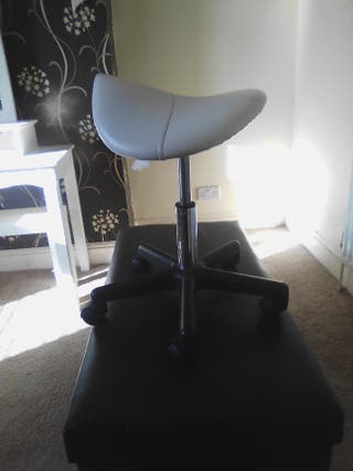 beautician saddle chair