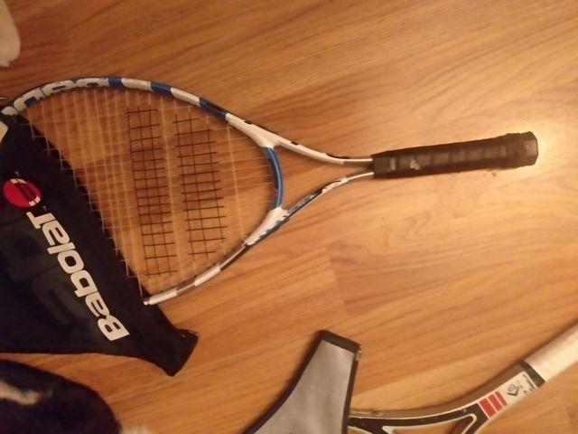 Raqueta o raquetas y 6 volantes de bádminton