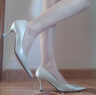 Zapatos de tacón plata.