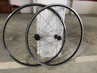 Llantas bicicleta carretera en perfecto estado