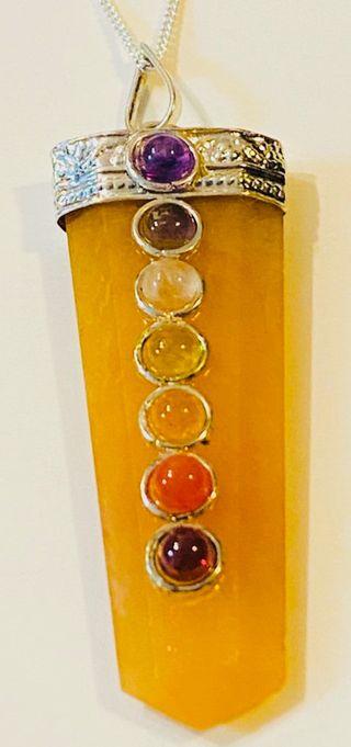 Colgante de selenita, gemas de chakras y plata ley