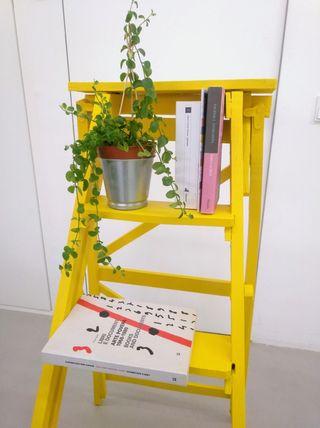 Escalera antigua amarilla (madera)