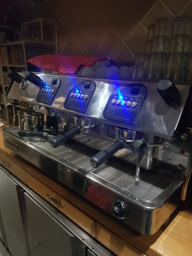 Cafetera de hostelería con 3 puertas.