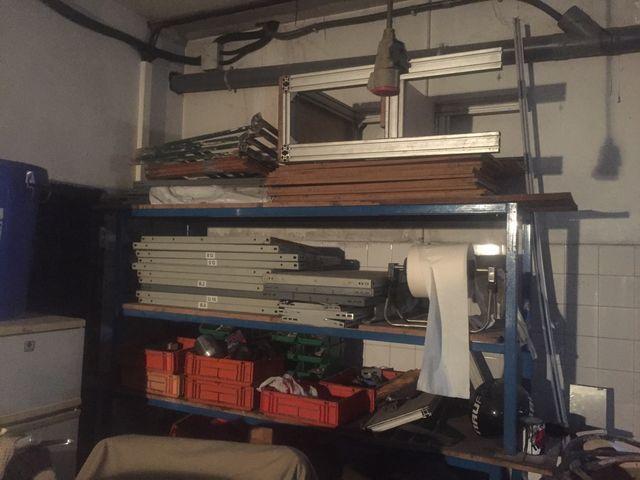 Mesa de trabajo y estanterias