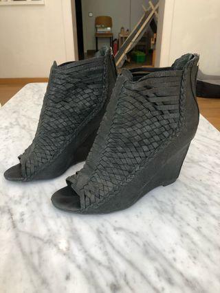 Sandalia de plataforma/tacón de piel.