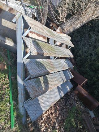 escalera metálica robusta para terrazas