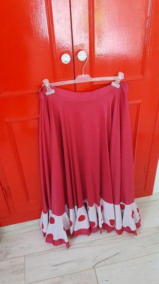 Tres faldas flamencas y dos vestidos de fiesta .
