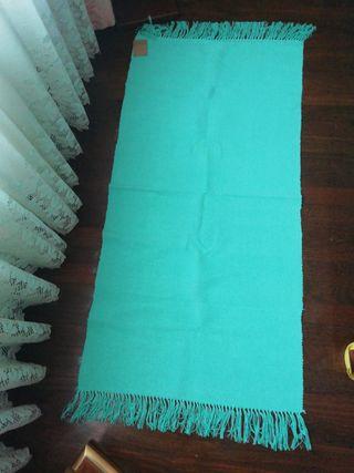 Alfombra NUEVA 140x70cm azul turquesa flequillos
