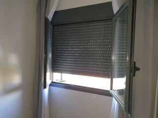 Ventana PVC con persiana. Color gris.