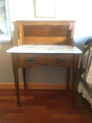 Mesita escritorio/ tocador con tapa de mármol.