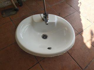 lavabo con grifo.