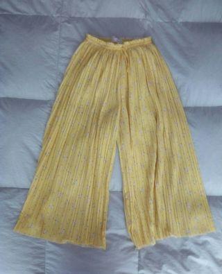 Falda pantalón, de Zara.