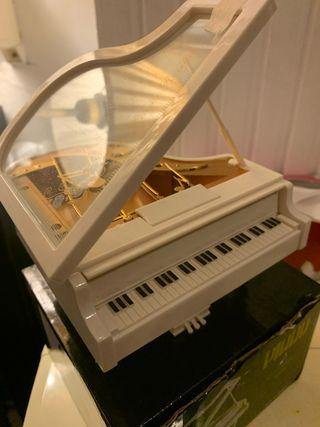 Piano con música