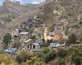 Apartamento alquiler turistico en Burg-Pirineo Lleida SE ADMITEN MASCOTAS (sin cargo) precio x noche no x persona capacidad 2-6 pers 81€ precio x noche en JUNIO