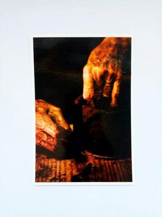 manos moldeando barro
