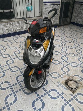 se vende moto de 125 scooter, gianco falcon