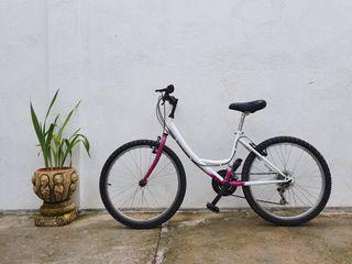 Bicicleta adolescente mujer montaña