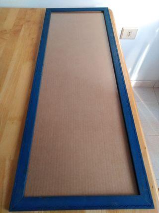 Marco madera teñida de azul.